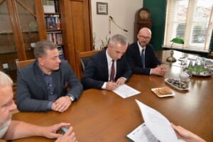 Zastępca Prezydenta Miasta Konina podpisuje porozumienie w sprawie udziału Konina w projekcie.