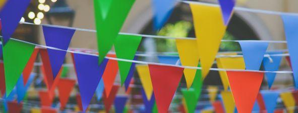 Na zdjęciu widoczne są kolorowe flagi