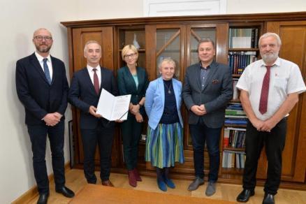 Wspólne zdjecie pamiątkowe Władz Konina i przedstawicieli Województwa Wielkopolskiego, Regionalnego Ośrodka Polityki Społecznej w Poznaniu