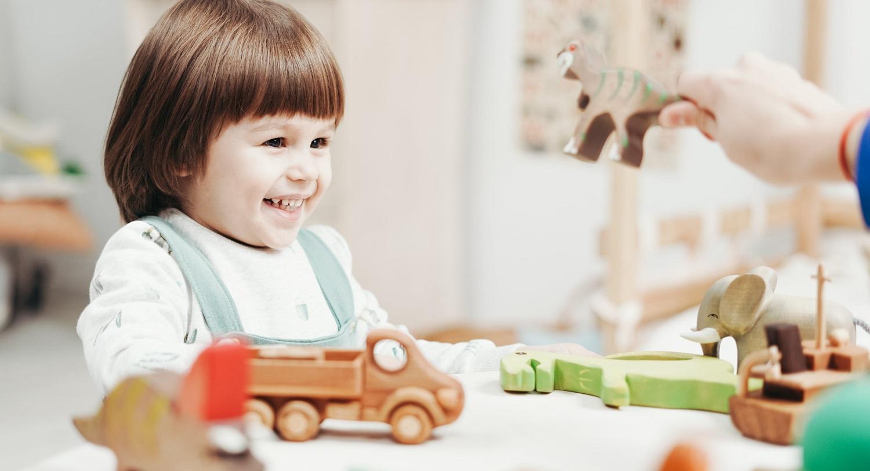 Zdjęcie przedstawia bawiące się dziecko