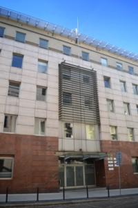 Zdjęcie przedstawia wejście do budynku przy ul.            Nowowiejskiego w Poznaniu, w którym mieści się Regionalny            Ośrodek Polityki Społecznej w Poznaniu.