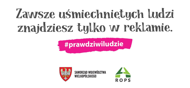 """Baner kampanii informacyjno-edukacyjnej naAC rzecz zdrowia psychicznego: """"Zawsze uśmiechniętych ludzi znajdziesz tylko w reklamie"""" oraz hasło: """"#PrawdziwiLudzie""""."""