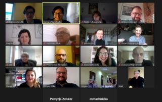 Na zdjęciu jest widoczny zrzut ekranu ze spotkania online w aplikacji do spotkań internetowych. Widoczne są twarze osób reprezentujących liczne podmioty, które zainteresowane są tworzeniem zakładów aktywności zawodowej w Poznaniu.