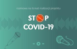 Grafika przedstawia zielone tło, na którym widoczne są mikrofony oraz umieszczony na środku napis: Rozmowa na temat realizacji projektu STOP COVID-19